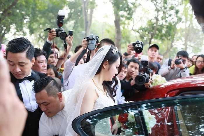 Hương Baby được chồng 'đón về dinh' bằngchiếc Porscher Panamera màu đỏ trị giá 10 tỷ - một trong những chiếc siêu xe đắt giá nhất Việt Nam hiện nay. Rất nhiều phóng viên có mặt tại hôn lễ hoành tráng này và không bỏ qua nhất cử nhất động nào của cô dâu mới. Ảnh: Tường Vy.
