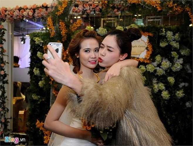 Hot girl Hà Min tạo dáng trước ống kính cùng cô dâu mới trong lễ thành hôn. Ảnh: Hoàng Anh.
