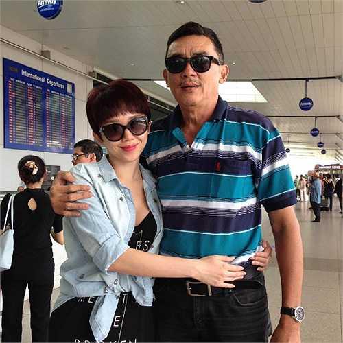 Tóc Tiên chụp ảnh cùng bố.