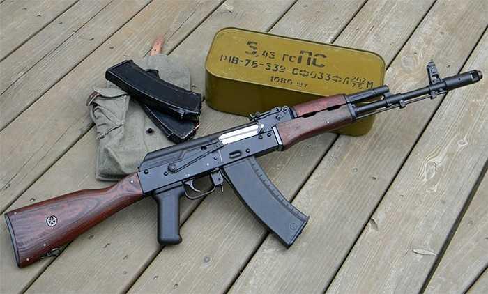 Súng trường AK-74 và hộp đạn cỡ 5.45mm