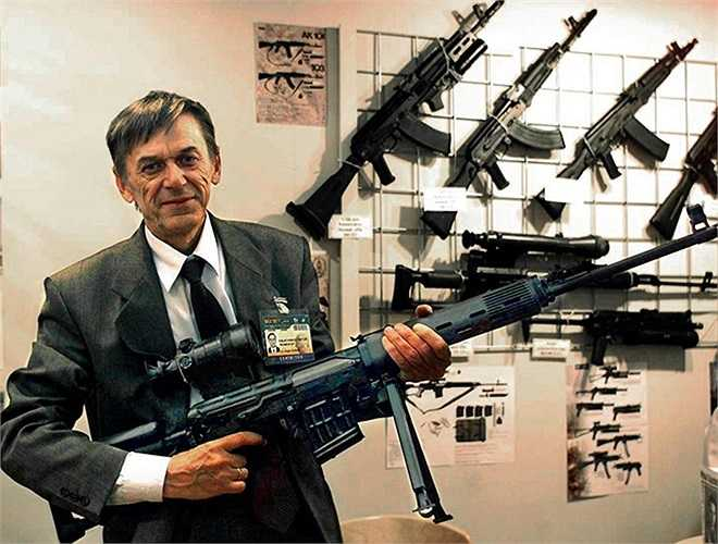 Victor Kalashnikov, con trai của Mikhail Kalashnikov bên khẩu súng máy Bizon-2