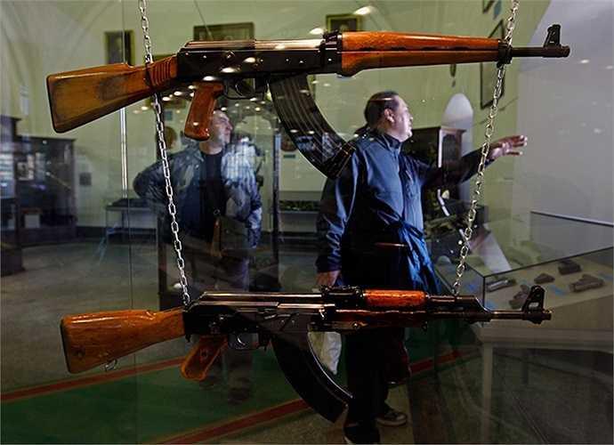 Những khẩu AK cổ trong bảo tàng pháo binh tại St. Petersburg