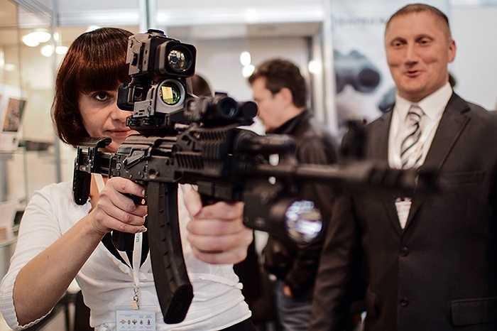 Cô gái cầm súng AK-103