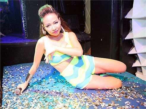 Diện trang phục hở trên, dưới song Thảo Trang vẫn khoe vũ đạo bốc lửa, thậm chí, cô còn không ngại nằm bò trên sàn diễn trong tiết mục của mình.
