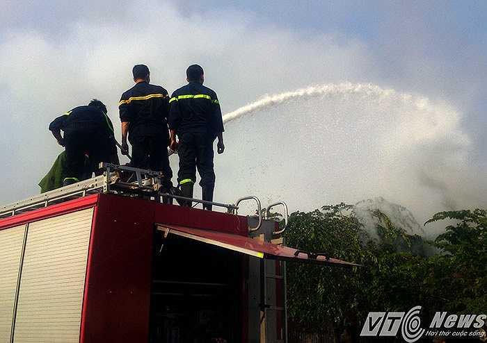 Vụ cháy xảy ra lúc công nhân nghỉ trưa, xưởng khóa cửa nên rất may không có thiệt hại về người. Hàng trăm người dân trong khu vực dùng các loại phương tiện tại chỗ để dập lửa nhưng bất thành.