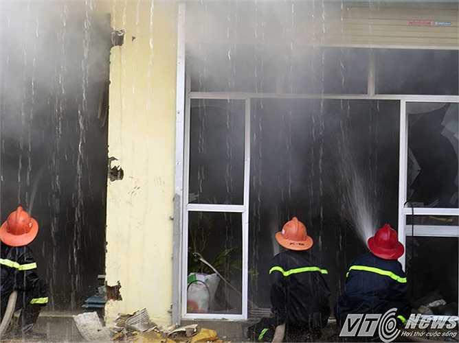 Phá cửa kính phun nước vào trong nhà xưởng dập lửa.
