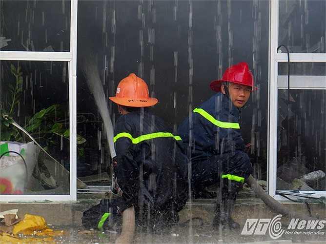 Nhiều chiến sỹ trẻ bị ướt sũng, khói độc trong nhà xưởng bốc ra nhưng vẫn quyết tâm bám trụ dập lửa.