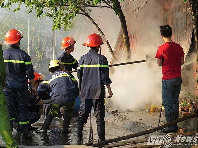 Hàng giờ đồng hồ dập lửa nhưng đám cháy vẫn chưa được dập tắt.