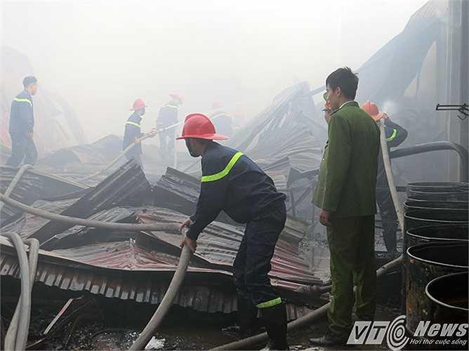 Khung và mái nhà xưởng bằng tôn sập đổ hoàn toàn