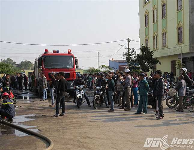 Vụ hỏa hoạn làm náo loạn cả khu dân cư. Rất may không lan tiếp sang ngôi nhà 3 tầng kế bên xưởng sản xuất này.
