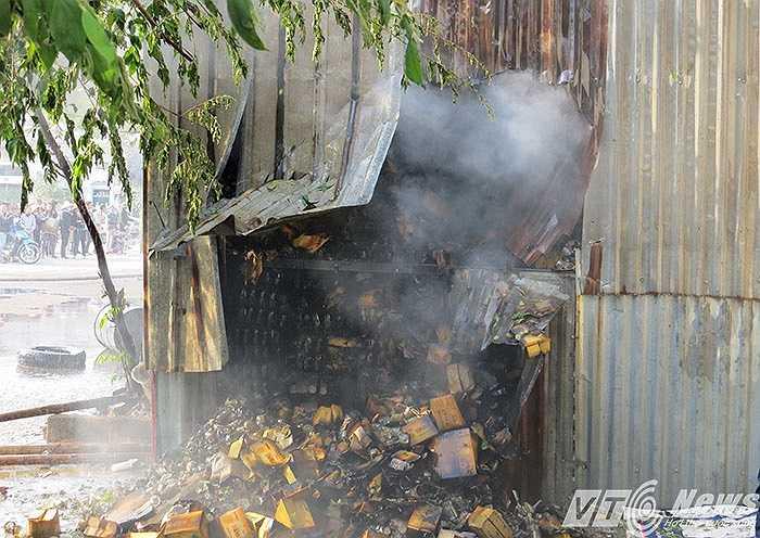 Một kho hàng thành phẩm chờ xuất bán đã cháy thành tro.