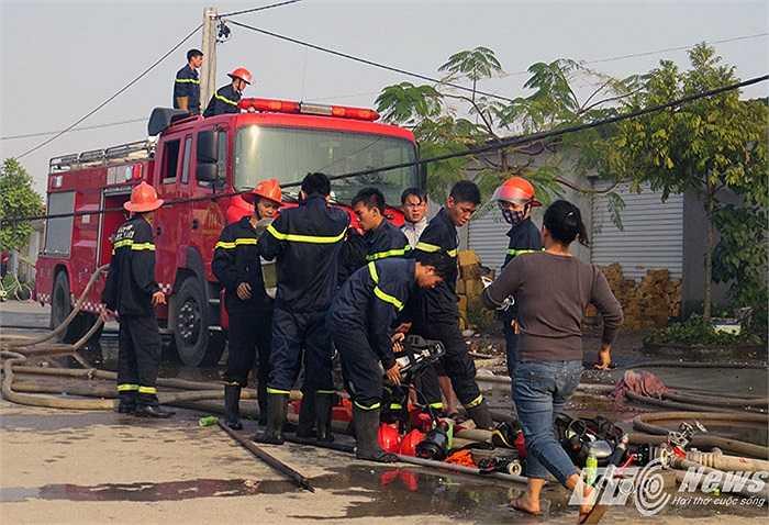 Lượng lượng cứu hỏa được trang bị thiết bị phòng độc để thâm nhập vào trong nhà xưởng chữa cháy.