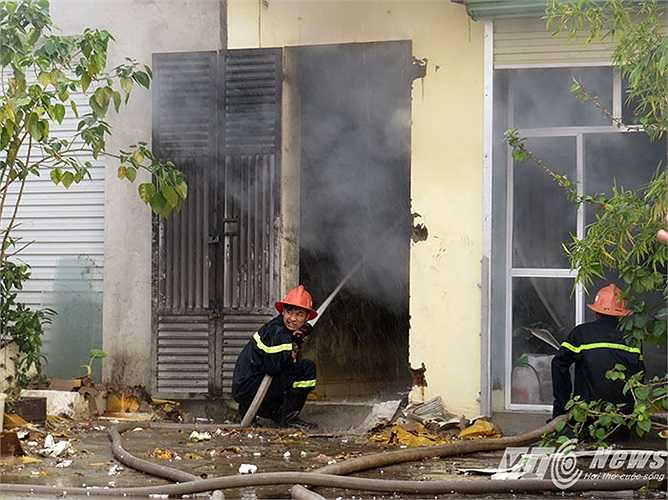 Mặc cho thời trời rét, khói từ trong nhà xưởng bốc ra, các chiến sỹ CS PCCC vẫn quyết tâm bám trụ tại các muc tiêu để phun nước dập lửa.