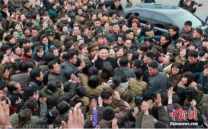 Công nhân xưởng dệt vây kín nhà lãnh đạo Kim Jong-un