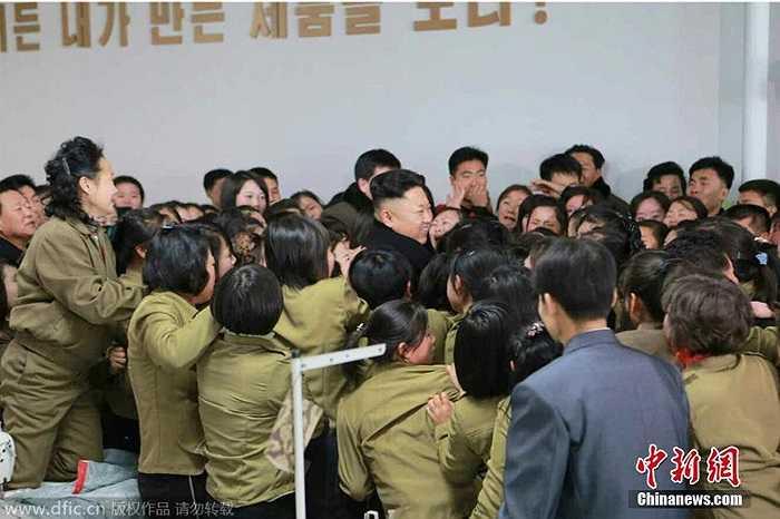 Ông Kim Jong-un được chào đón khi thị sát một xưởng dệt ở Bình Nhưỡng
