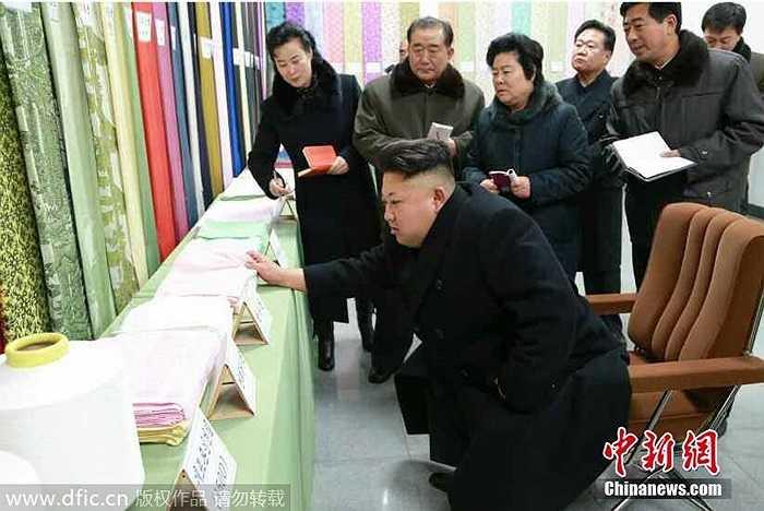 Ông Kim cùng một số quan chức thăm các phòng chế tạp và in ấn vải