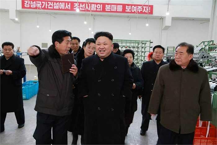 ông Kim chỉ đạo xưởng dệt nên nâng cao chất lượng sản phẩm đạt trình độ quốc tế