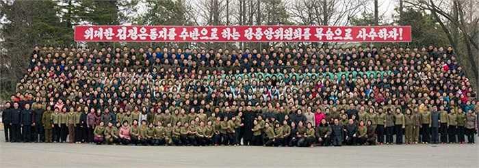 Cuối cùng, ông Kim chụp ảnh lưu niệm với các công nhân, cán bộ xưởng dệt