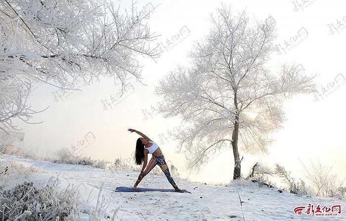 Bất chấp thời tiết lạnh giá, cô vẫn tập luyện Yoga bình thường