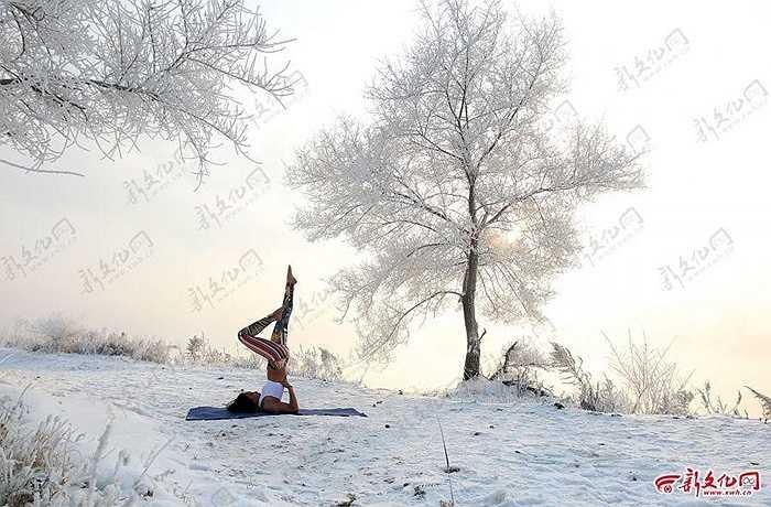 Cô gái trẻ luyện Yoga trong tuyết lạnh ở Cát Lâm, Trung Quốc hôm 17/12