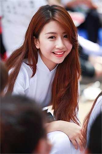 Hot girl Quỳnh Anh Shyn cũng mới 18 tuổi.