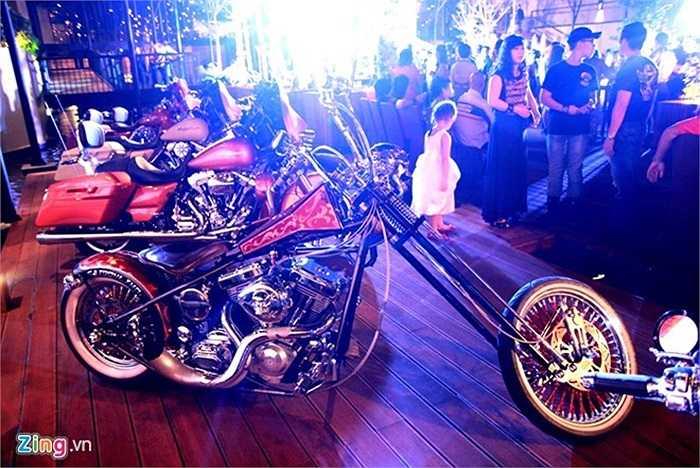 Ma tốc độ (Ghost Rider) là series phim ăn khách được nhiều người biết tới. Điểm gây ấn tượng nhất trong bộ phim này là chiếc xe của ma tốc độ bốc cháy ngùn ngụt và hình thù ma quái của nó. Dựa trên ý tưởng bộ phim này, một người chơi xe ở Sài Gòn đã đặt hàng hãng độ S&S Custom Cycles thửa riêng một chiếc cho mình.