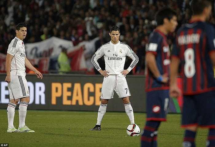 Real lúc ấy vẫn chỉ như một công trường ngổn ngang. Không ai nghĩ họ sẽ leo lên dẫn đầu La Liga trong một thời gian dài trước khi bất ngờ hụt hơi về cuối.