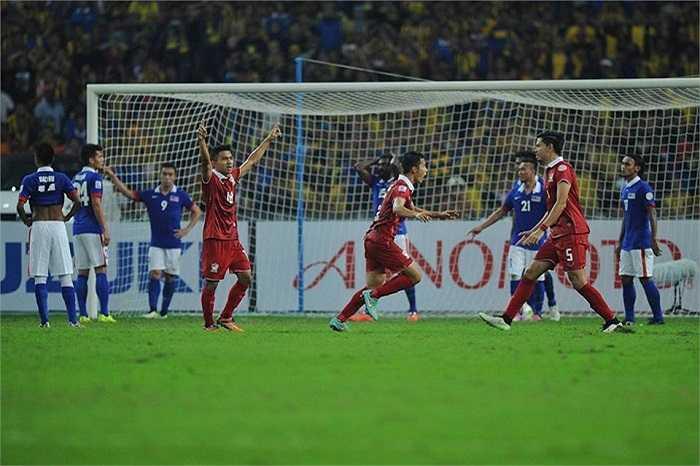 HLV Kiatisak tiết lộ: 'Trong giờ nghỉ giữa hiệp, vua Bhumibol Adulyadej đã gọi điện thoại cho chúng tôi nhằm khích lệ tinh thần các cầu thủ'.