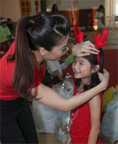 Trương Ngọc Ánh cùng con gái Bảo Tiên đã thực hiện chương trình trao quà từ thiện cho 200 em nhỏ mồ côi, có hoàn cảnh khó khăn, hiện sống tại các mái ấm, trung tâm, nhà mở Phan Sinh, Truyền Tin, Bình An, Bình Triệu, TP.HCM.