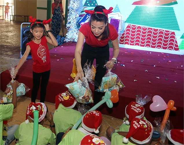 Bé Bảo Tiên, con gái Trương Ngọc Ánh cũng cùng mẹ tham gia hoạt động ý nghĩa này. Bảo Tiên rất khéo léo phụ mẹ xếp và trao quà cho các bạn nhỏ.