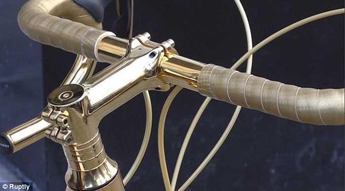 Chiếc xe đạp đua được mạ chi tiết từ tay lái đến xích, nan hoa
