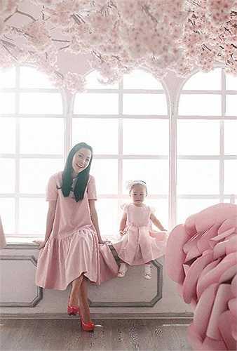 Linh Nga từng khiến nhiều cô gái ghen tỵ vì có một vóc dáng thon thả, quyến rũ dù mới sinh con được vài tháng.
