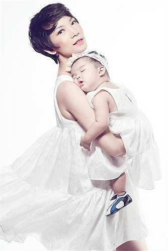 Cựu người mẫu Xuân Lan quyết định mang thai ở tuổi 35. Cô không tiết lộ về danh tính của cha bé Thỏ khiến nhiều người tò mò.