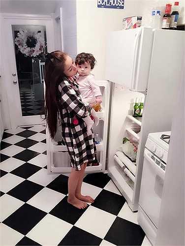Hình ảnh hai mẹ con loanh quanh trong nhà bếp được nữ diễn viên chia sẻ trên mạng xã hội thu hút vài chục ngàn lượt like. Quyết định công khai con gái nhưng Elly Trần không tiết lộ về cha của con gái. Tuy nhiên, nhiều người nhận thấy Mộc Trà sở hữu những nét đẹp lai tây vô cùng dễ thương.