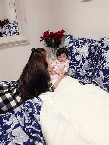 Elly Trần đăng ảnh con gái trên fanpage hàng ngày thu hút sự quan tâm của cư dân mạng. Tuy còn nhỏ nhưng bé Mộc Trà luôn nhìn thẳng máy ảnh và biểu cảm đáng yêu mỗi khi chụp hình.