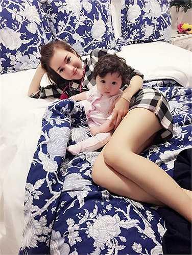 Ngoài ra, do lệch múi giờ nên con gái cũng chưa ngủ đúng giờ. Bé Cadie thường xuyên bắt mẹ thức đêm để 'nói chuyện' cùng.