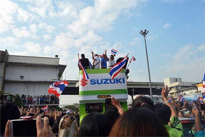 Không khí lễ hội tràn khắp các đường phố Bangkok khi xe chở ĐT Thái Lan đi qua.