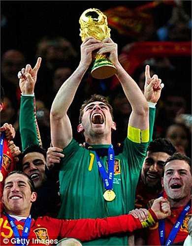 Trước đó, Casillas đã giành được hết mọi danh hiệu có thể trên cương vị đội trưởng. Có thể kể tới chức vô địch World Cup 2010 cùng ĐT Tây Ban Nha
