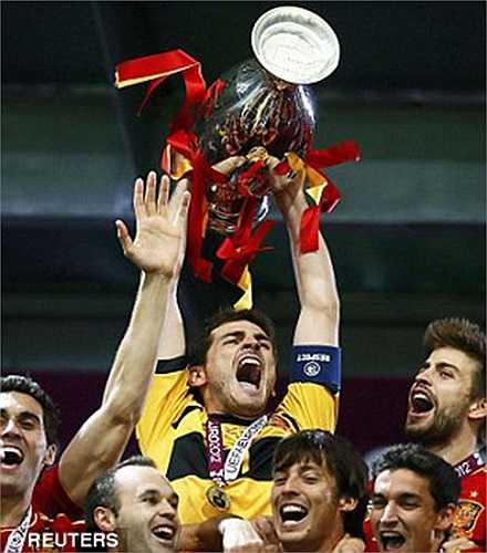 Năm 2008 và 2012, Casillas vô địch Euro cùng ĐT Tây Ban Nha