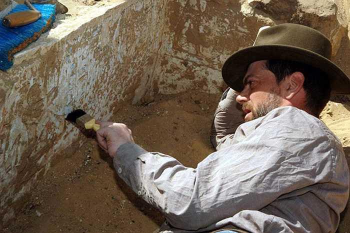 Các nhà khoa học thu được nhiều vật dụng, trang sức, đặc biệt nhiều là đồ thủy tinh bên cạnh xác ướp. Có thể đó là tài sản được chôn theo người chết.
