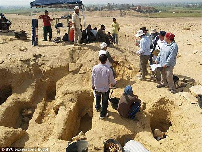 Đáng chú ý, trong số 1.700 xác ướp, có một xác bé gái khoảng 18 tháng tuổi, được bọc trong nhiều lớp trang phục đẹp bằng vải lanh, kèm theo dây chuyền, vòng tay. Xác ướp em bé nằm trong ngôi mộ rất đẹp.