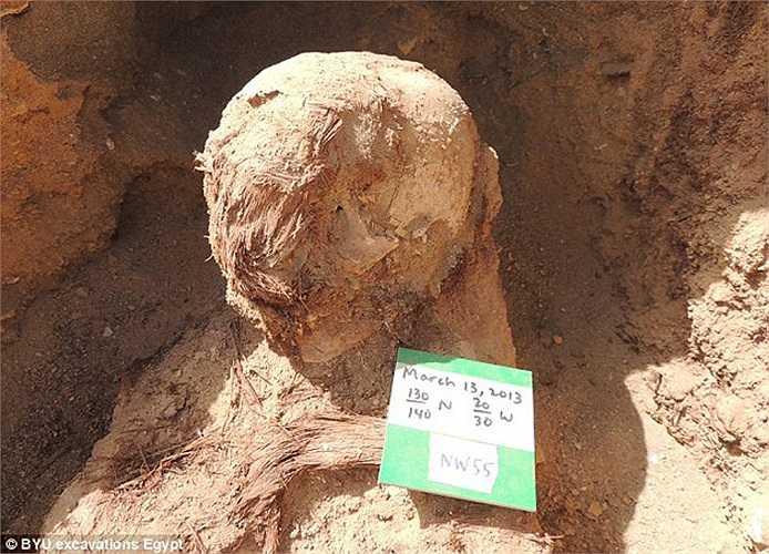 Một xác ướp gây nhạc nhiên không kém khi cao tới 2m. Xác ướp này quá cao so với chiều cao bình thường của người Ai Cập cổ đại.