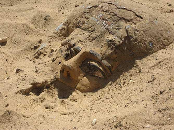 Xác ướp được táng đơn giản trong lòng đất, mà không cần chất bảo quản, hay quan tài gì. Họ chỉ được bọc bằng vải và chôn trực tiếp xuống đất. Rất ít mộ được xây cầu kỳ.