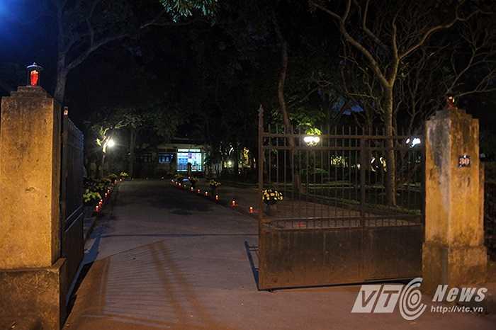 Tối 21/12, trước ngày kỉ niệm 70 năm thành lập Quân đội nhân dân Việt Nam, rất nhiều nến và hoa đã được thắp lên trong sân nhà của Đại tướng Võ Nguyên Giáp.