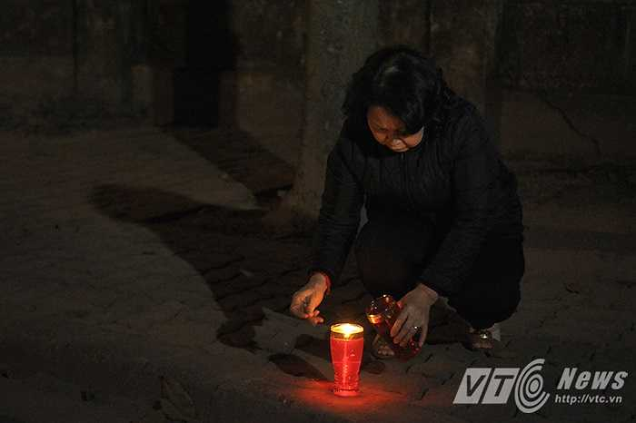 Những ngọn nến này do chính tay cô Hoa Thị Trang, phường Điện Biên (Ba Đình, Hà Nội) mang tới và thắp lên trong sân nhà của Đại tướng.
