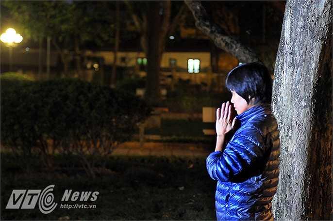Hướng ánh mắt về phía ngôi nhà của Đại Tướng, chị nguyện cầu: 'Chúc cho Quân đội nhân dân Việt Nam ngày càng lớn mạnh, noi gương Đại tướng để bảo vệ và giữ vững chủ quyền của đất nước.'