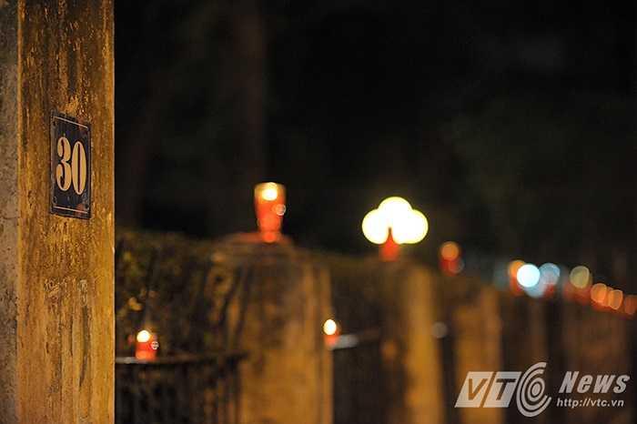 Những ngọn nến lung linh trước cổng ngôi nhà số 30 phố Hoàng Diệu (Ảnh: Việt Linh)