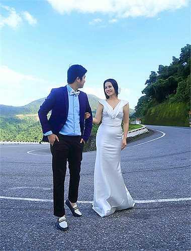 Tuy không xuất hiện quá nhiều trên mặt báo, nhưng Nhật Kim Anh lại là một trong những cái tên rất được khán giả khắp các tỉnh thành yêu mến. Do đó, khi hay tin cô sắp lấy chồng, nhiều người hâm mộ không khỏi bất ngờ và dành nhiều sự chú ý cho hôn lễ của giọng ca Mưa đã tạnh.