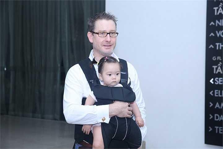 Johan Wicklund – chồng của Đoan Trang – cùng với con gái yêu là bé Sol cũng có mặt tại buổi họp báo để ủng hộ tinh thần cho cô.