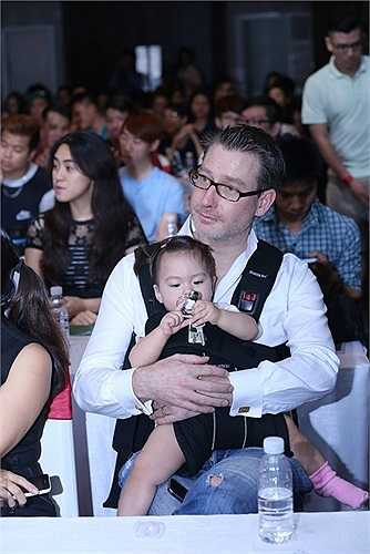 Khách mời đầu tiên của Đoan Trang trong liveshow Dấu Ấn lần này là bé Linh Hoa – Quán quân Bước nhảy hoàn vũ nhí 2014. Linh Hoa cũng là học trò của Đoan Trang